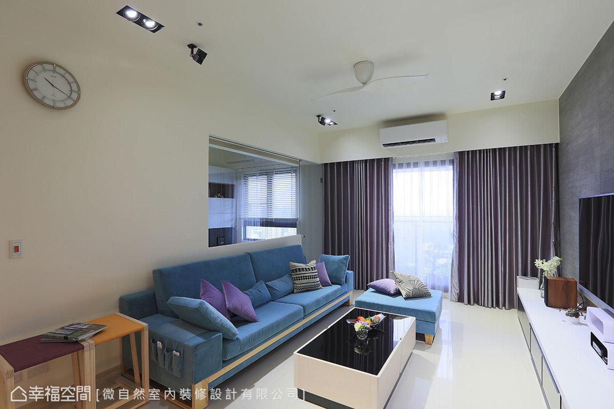 以玻璃搭配推門設計,在客廳後方界定出書房機能,淡化突兀的出入口動線。