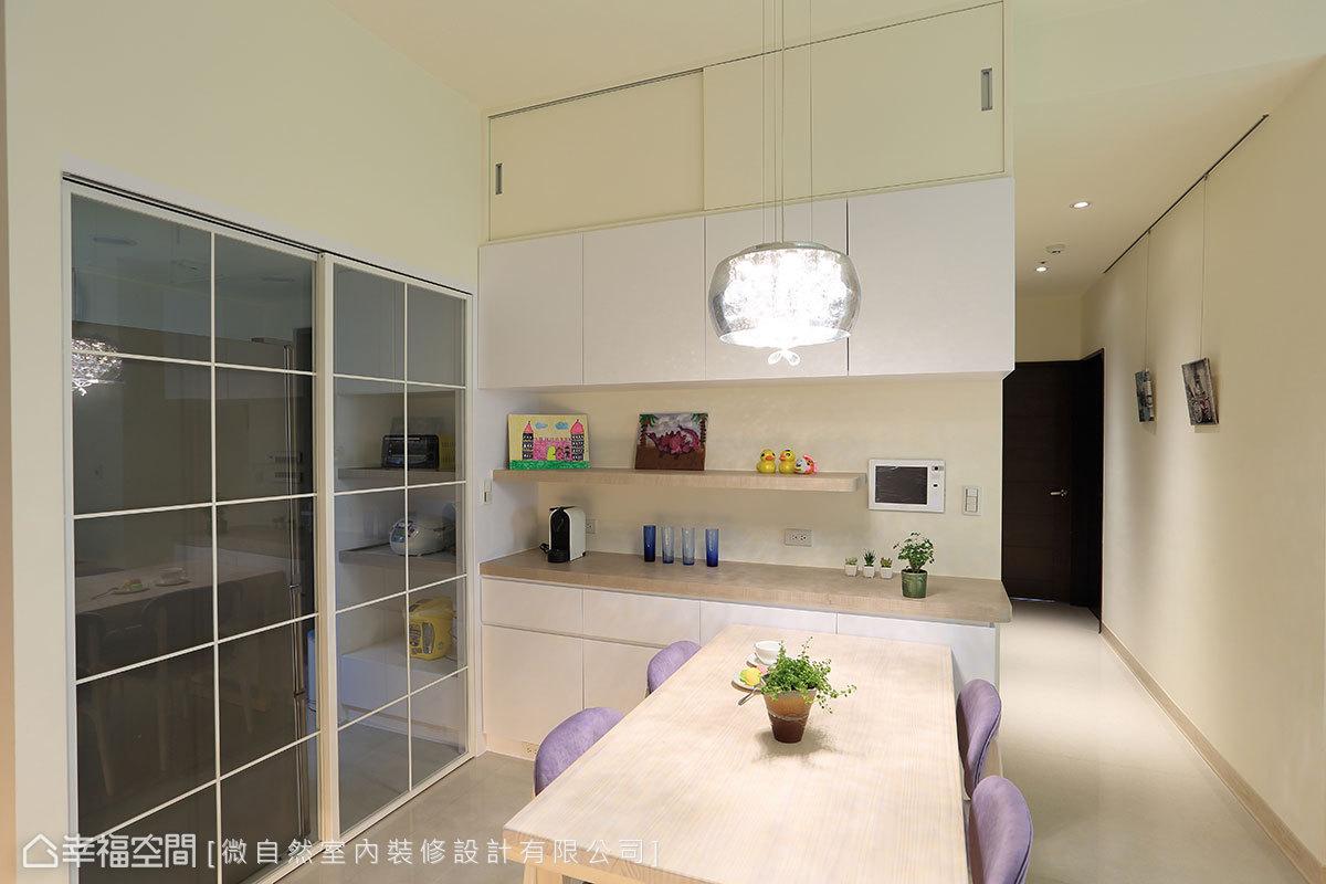 設置格窗玻璃拉門,透過彈性的開闔機能,增加場域的使用變化性。