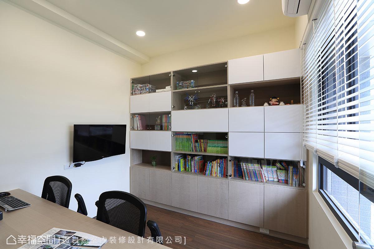 利用玻璃和門片設計,展現積木推疊組合的概念,同時滿足儲物、藏書與展示等功能。
