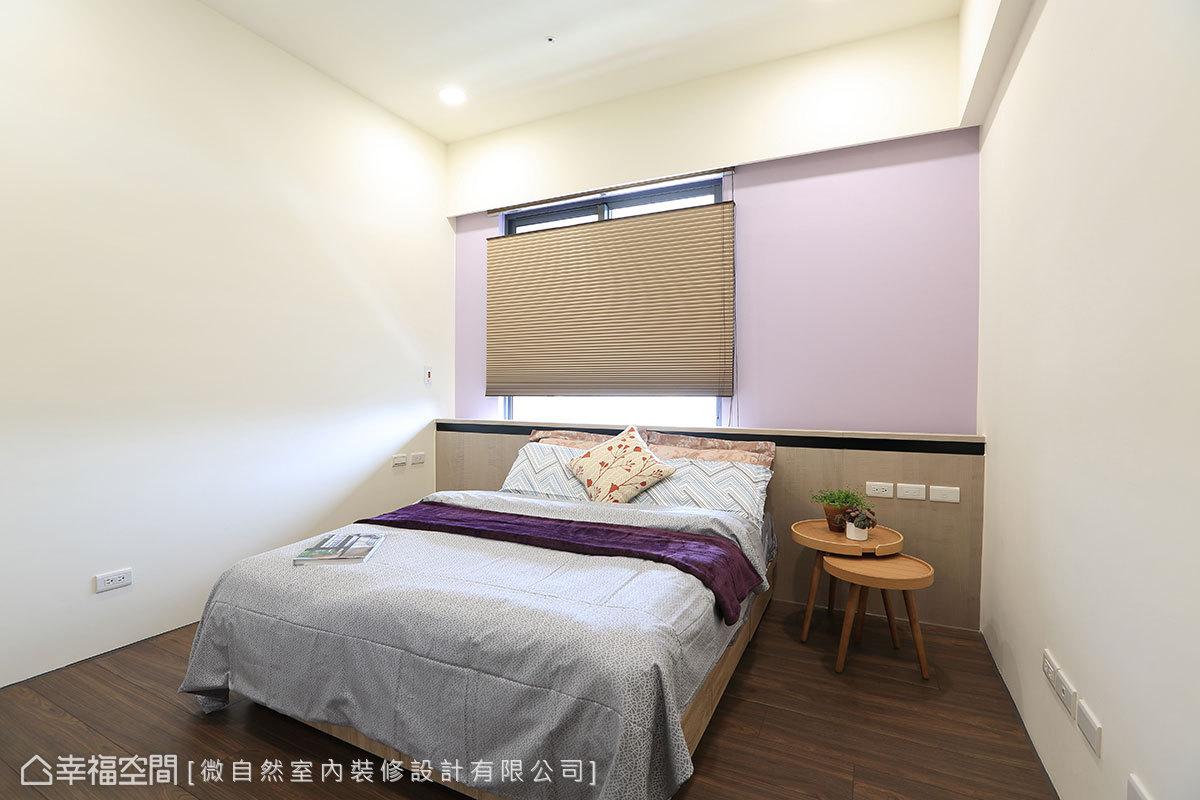 基於風水方位的考量,床頭設置貼木皮矮牆,並加裝蜂巢簾,讓床鋪倚窗設置。