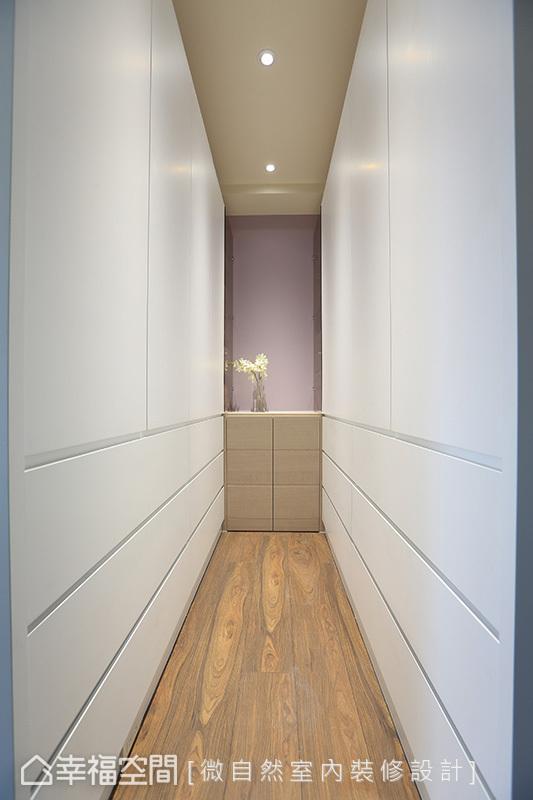 靠牆面設置兩座收納櫃,提升空間收納量;灰色端景櫃帶來景深效果,也隱藏一台除濕機。