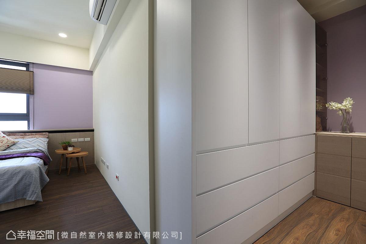 浪漫的紫色床頭背牆,與更衣室相互呼應,創造不同於客廳的柔情色調。