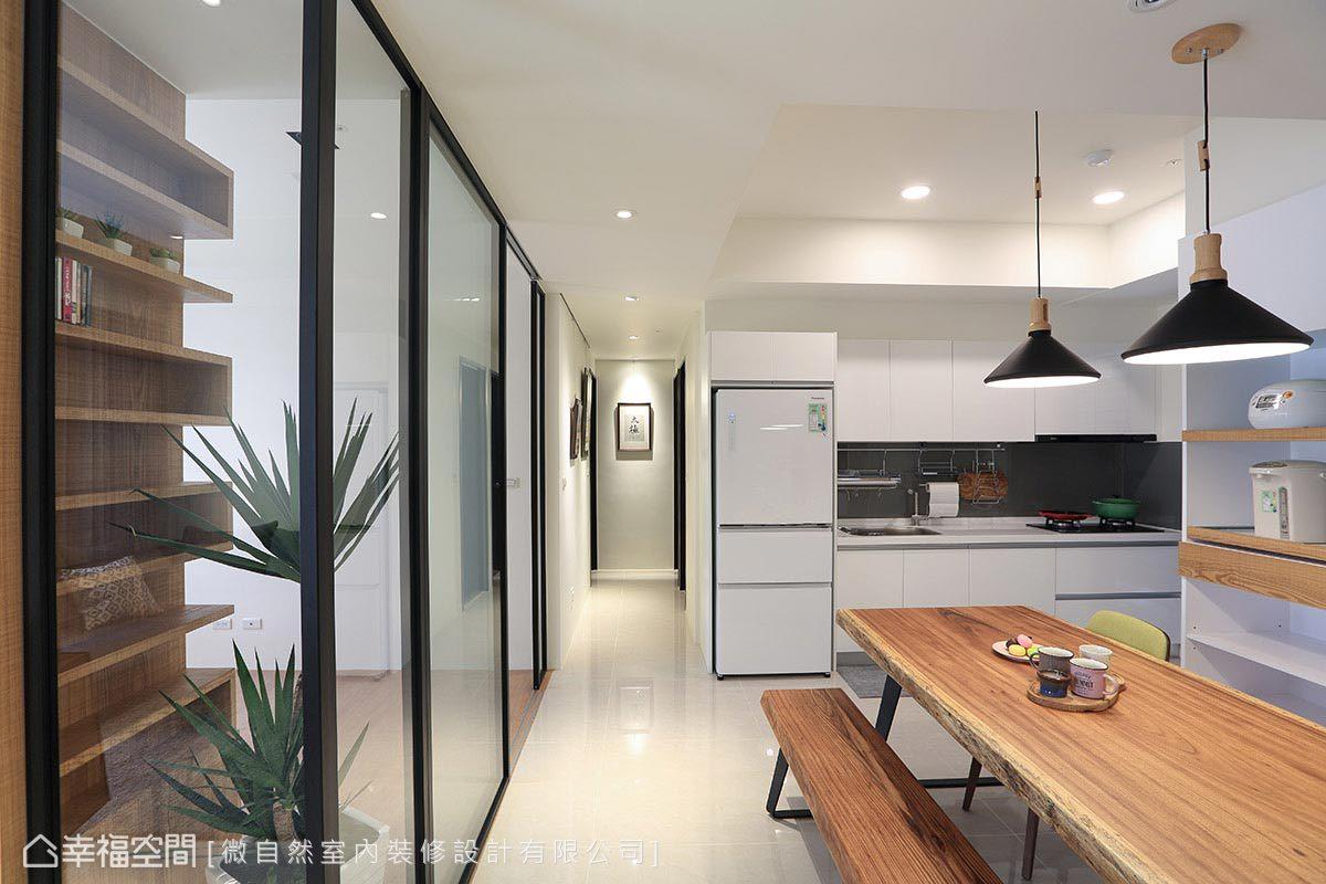 設計師徐以倫於餐廚區購置了180公分的長餐桌,兼具圍聚用餐與工作桌的使用機能。
