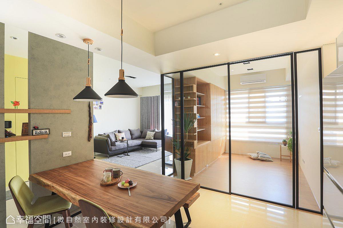 微自然設計以黑色鋁框門片劃分書房與餐廳,保留與公共空間的通透感,也讓馨暖的木質芬芳盈滿在空間中。