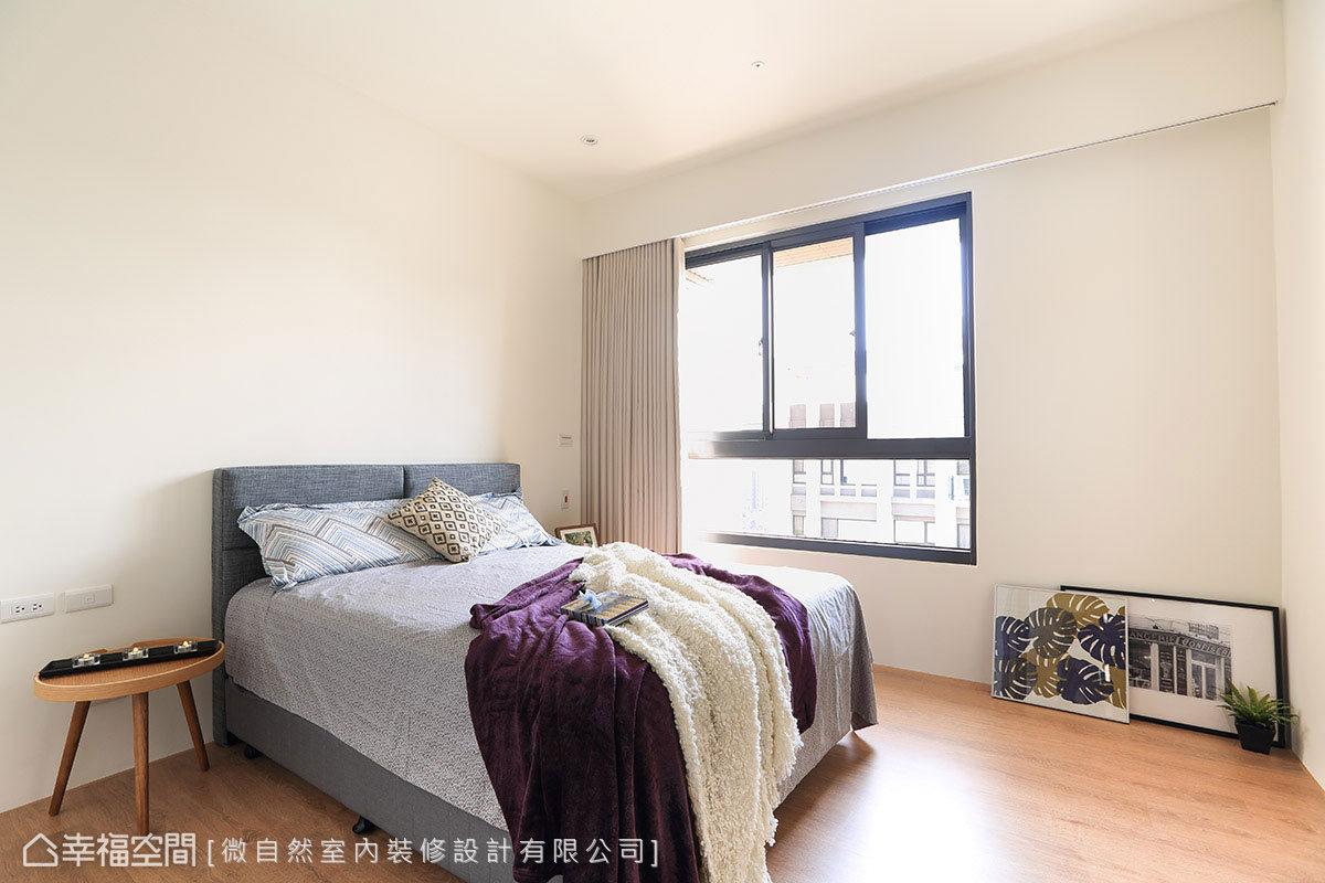 主臥室採用簡潔方式呈現,讓空間純粹乾淨,戶外暖陽光也帶出臥眠場域的溫馨感。