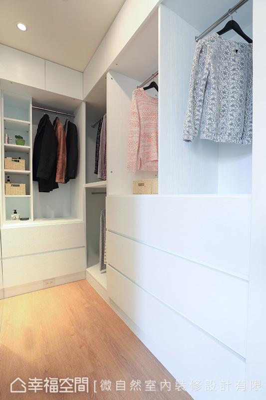 針對屋主的收納需求,規劃開放層板與衣架的木作衣櫃,讓取放時可以更加便利。