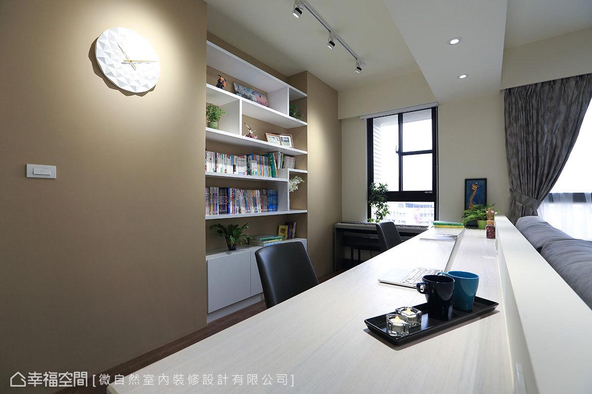 沙發牆後方規劃半開放式書房,書桌可同時容納兩人使用,窗邊則擺放電子琴,讓書房兼具琴房功能。