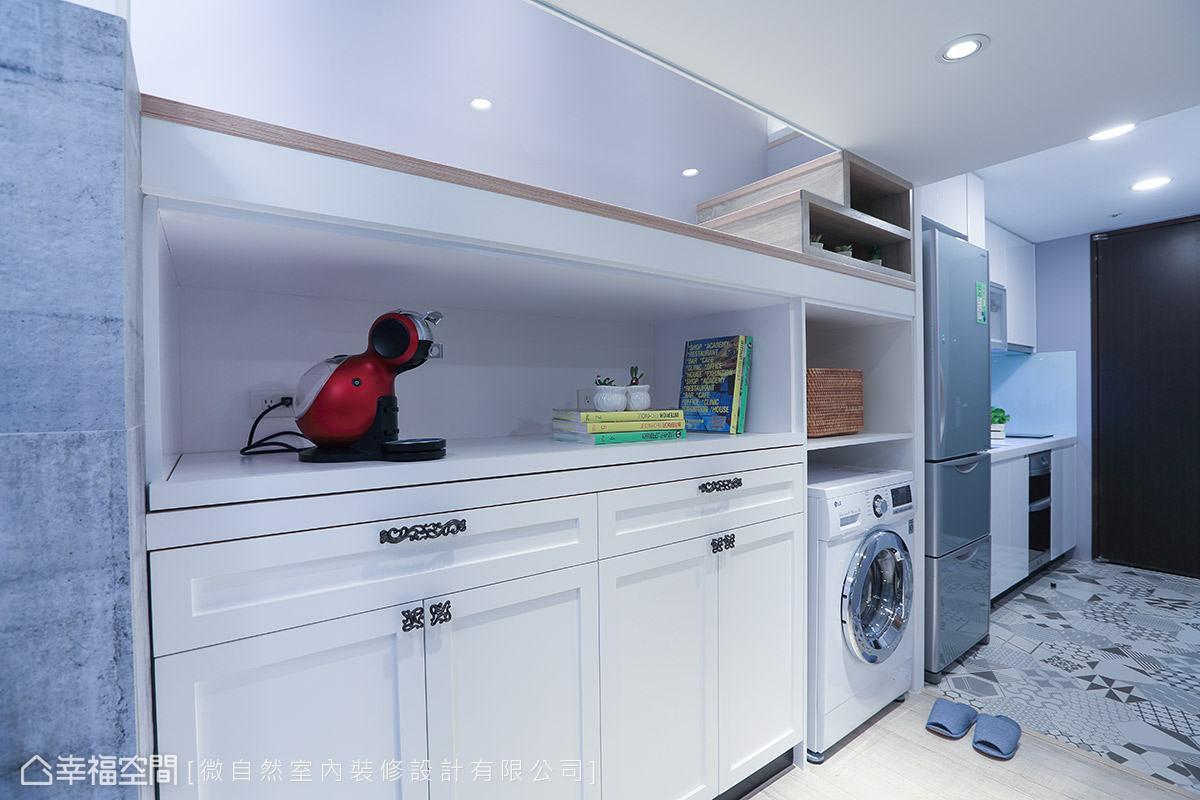 從入口處開始,依序將流理台、冰箱、洗衣機與鞋櫃一一整併,打造一應俱全的居家機能。