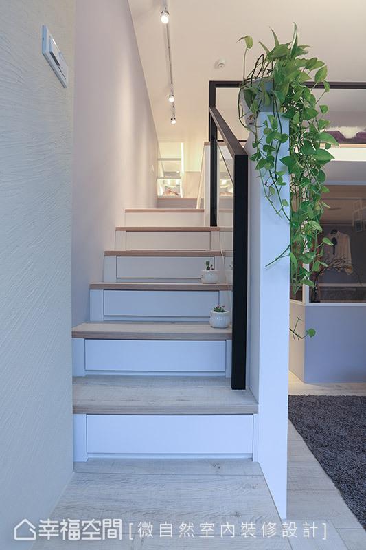 善用樓梯下方的空間,結合抽屜收納機能,空間坪效絲毫不浪費。