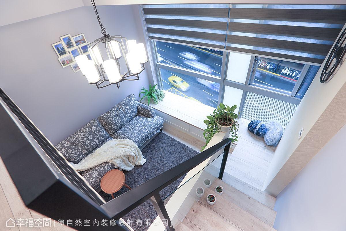 從樓梯俯瞰便能感受到房子的挑高視野,還能將窗外的景色納入眼簾。