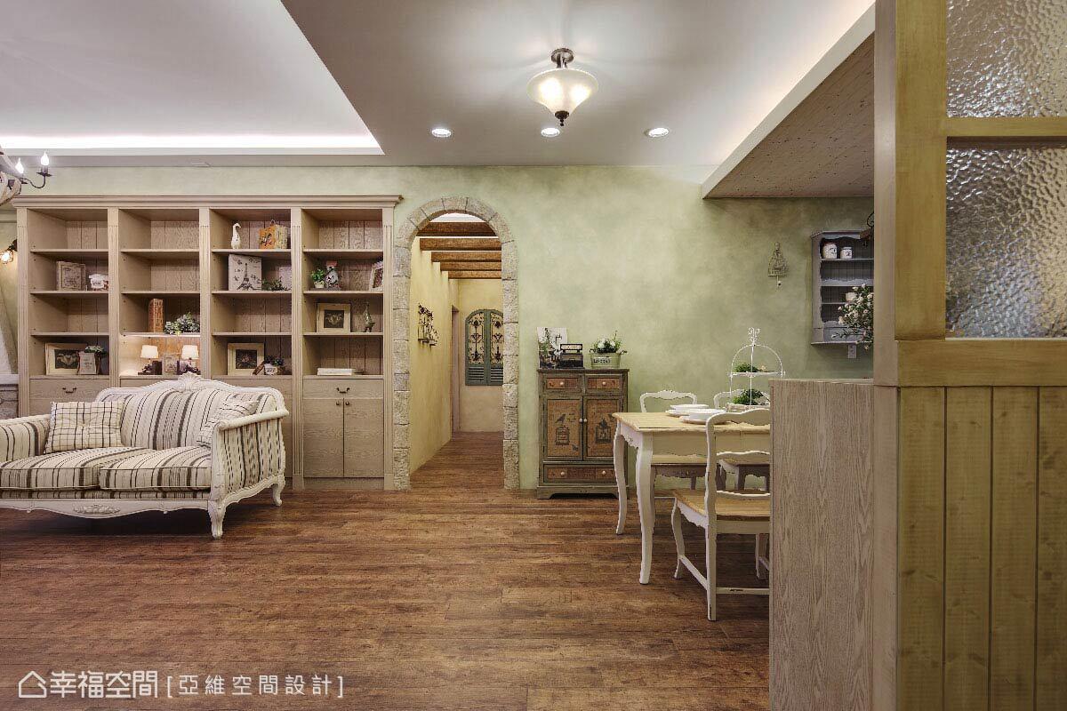 由玄關進入空間,地坪的木質鋪陳與帶有手刷肌理的青草色牆面,構成貼近自然的風格表現。