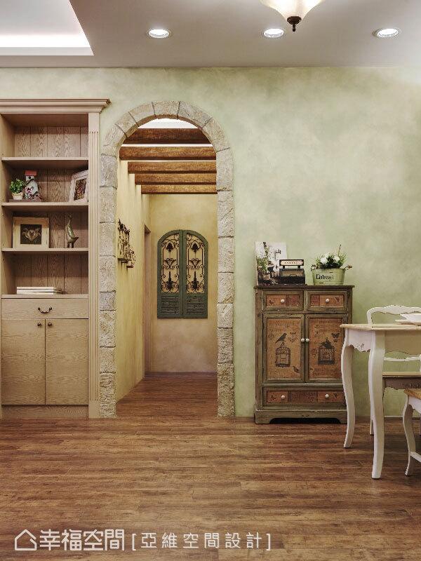 在收納之餘,兼具裝飾功能的櫃體與特意搜羅而來的歐風擺件,為空間立面創造不同的視覺層次。
