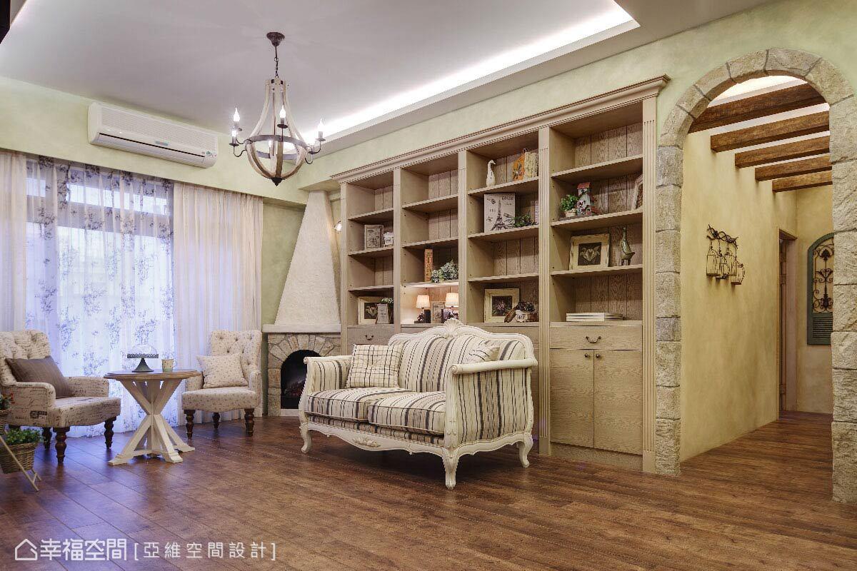 以整面的展示收納巧妙修飾梁體存在,屋主的收藏、家人的回憶寫真都融入空間,訴說著幸福溫馨。