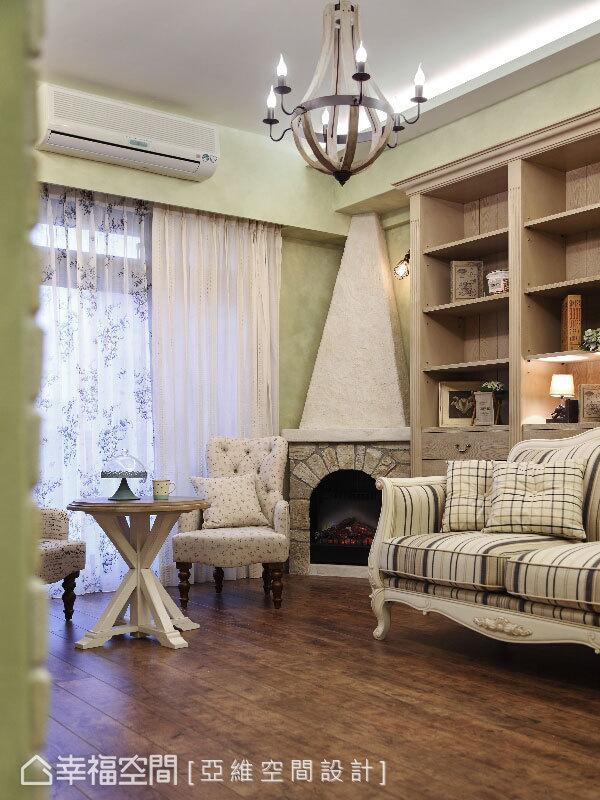 擬真的歐風壁爐在客廳角落做為一家人的童話窩,增添了幾分貼近真實且溫暖的氛圍想像。