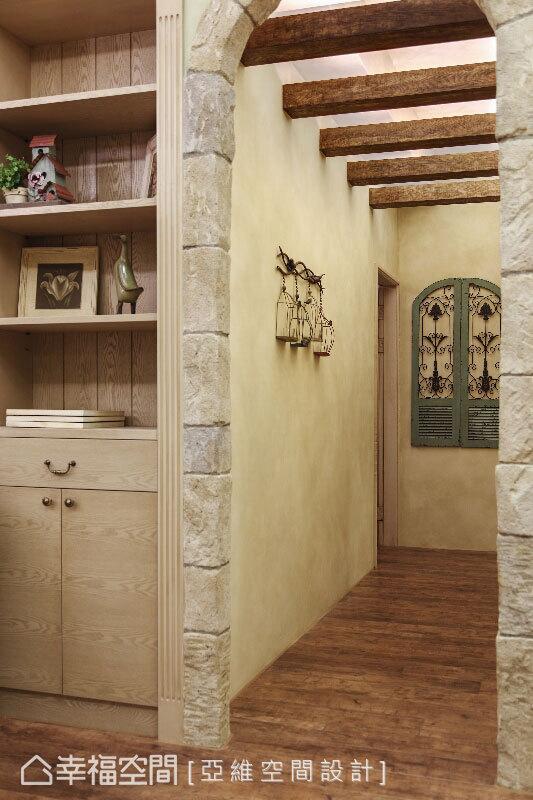 文化石圓拱為廊道起始,歐風的鐵件裝飾,於實木格柵下方創造漫步歐風巷弄間的浪漫景緻。
