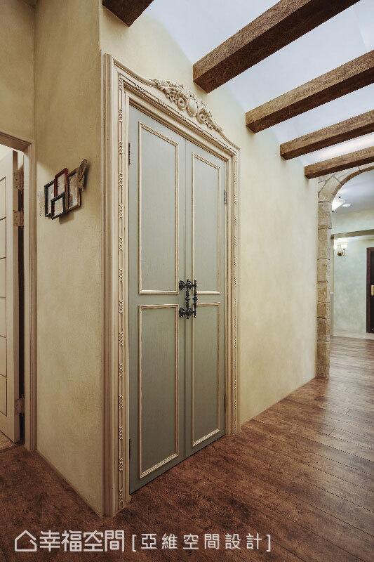 廊道上,看似收納櫥櫃的雙開門為通往小孩房的動線,擷取納尼亞傳奇魔法櫥的靈感,創造進入空間的魔幻與驚喜。