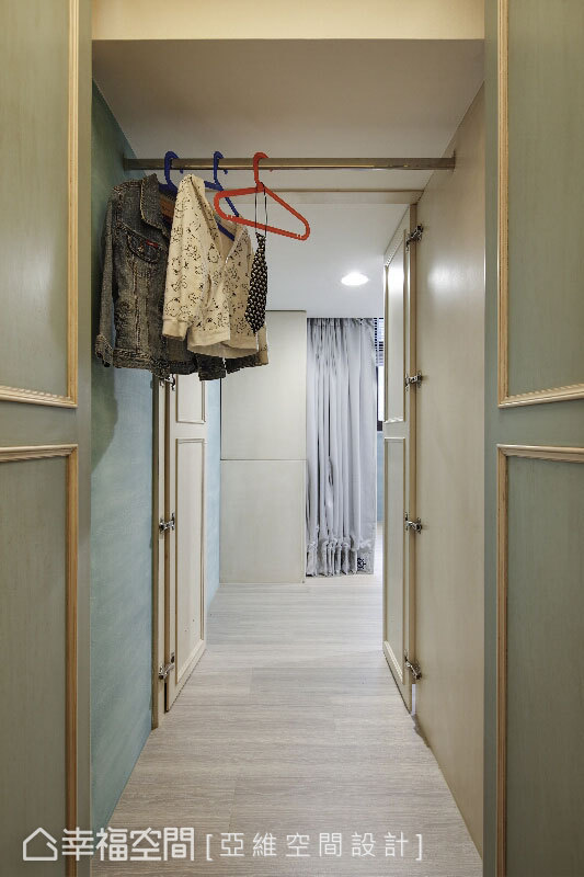 推開對開的小孩房門,掛著衣物的橫桿讓人錯覺踏進衣櫥,再推開衣櫥底端的另一道門,屬於孩子的魔法冒險就此展開。