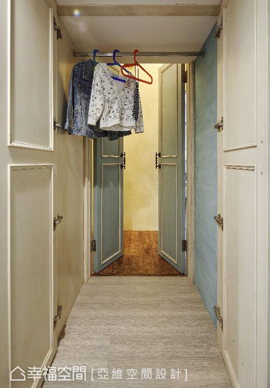 由暖黃色調轉入兒童房的清新藍調,簡瑋琪設計師由門扇開始即預告了色調的轉折,空間內間歇使用米黃色調,避免掉跳色的突兀。