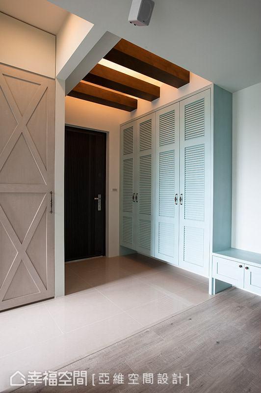 天花板的格柵設計搭配間接光源,讓空間感有向上提升的效果。