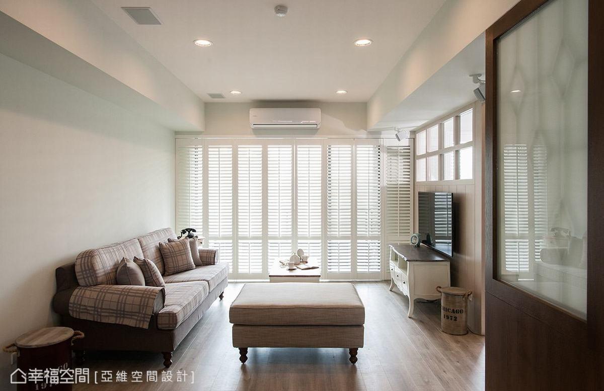 木質屏風局部結合白膜玻璃,創造半穿透的視覺感,藉此化解風水問題,且讓空間不過於封閉。