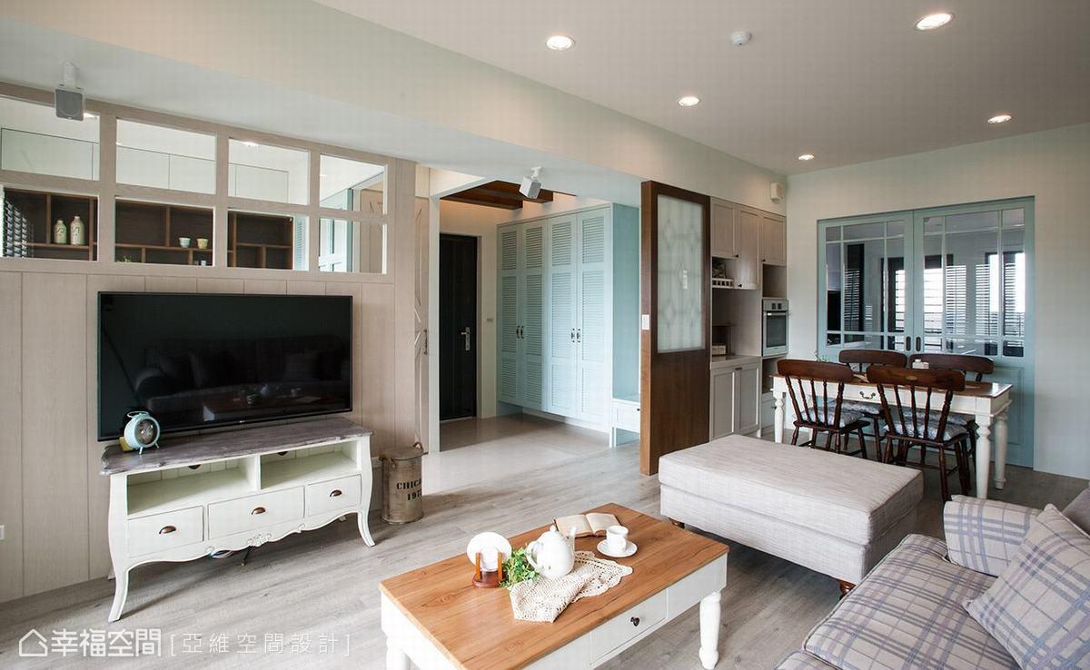 書房、廚房的隔間與拉門,局部採用透明玻璃為設計,讓視線得以延伸、串聯。