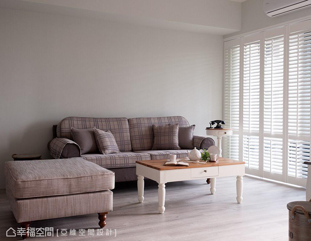 捨去過多的裝飾設計,將沙發背牆予以留白,僅藉由布質沙發、軟件與木質家具,營造舒適的美式鄉村情懷。