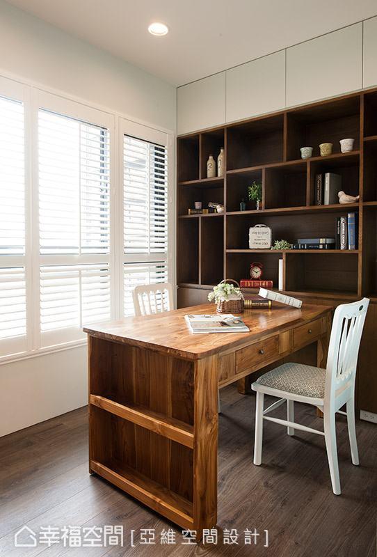 簡瑋琪設計師特別訂製的木質書桌,散發濃濃的古樸質蘊,側邊結合置物架,可用以擺放書籍。