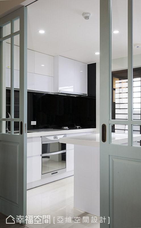 有別於客、餐廳的風格設定,廚房改以俐落的黑白色調做鋪陳,展現現代簡約質感。
