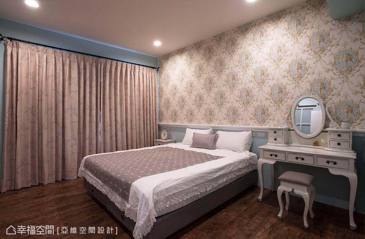 同樣將藍色調帶入私領域空間,並點綴風格華麗的壁紙,圍塑出高雅的古典表情。