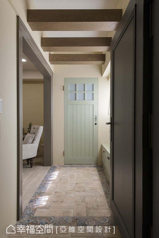 以復古磚界定出獨立的玄關段落,造型可愛的門片後方則隱藏儲藏間,滿足大型物件的收納所需。