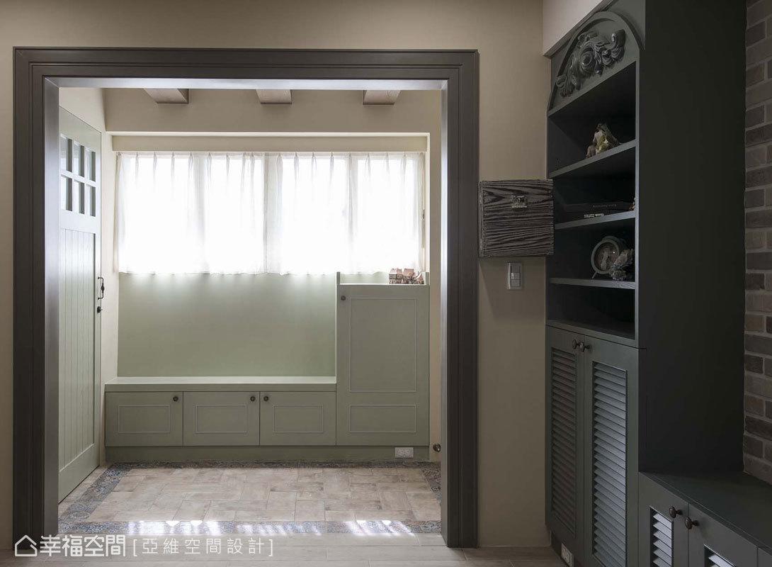 壁面施以門框造型,定義玄關至客廳的動線轉圜;玄關處則沿牆安排鞋櫃,高低層次的設計賦予穿鞋椅機能。