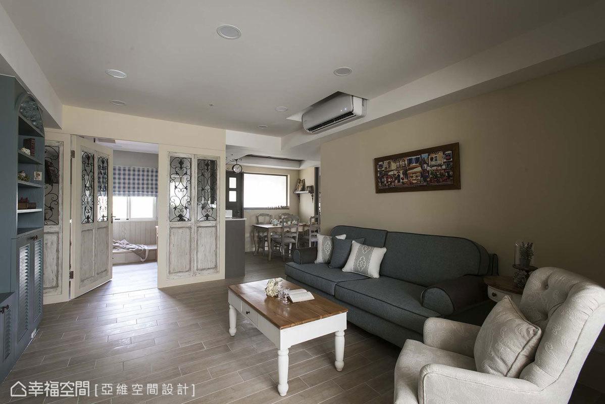 溫潤的木地坪鋪敘一室暖意,搭配造型家具與布質沙發,圍塑鄉村風的溫馨質感。