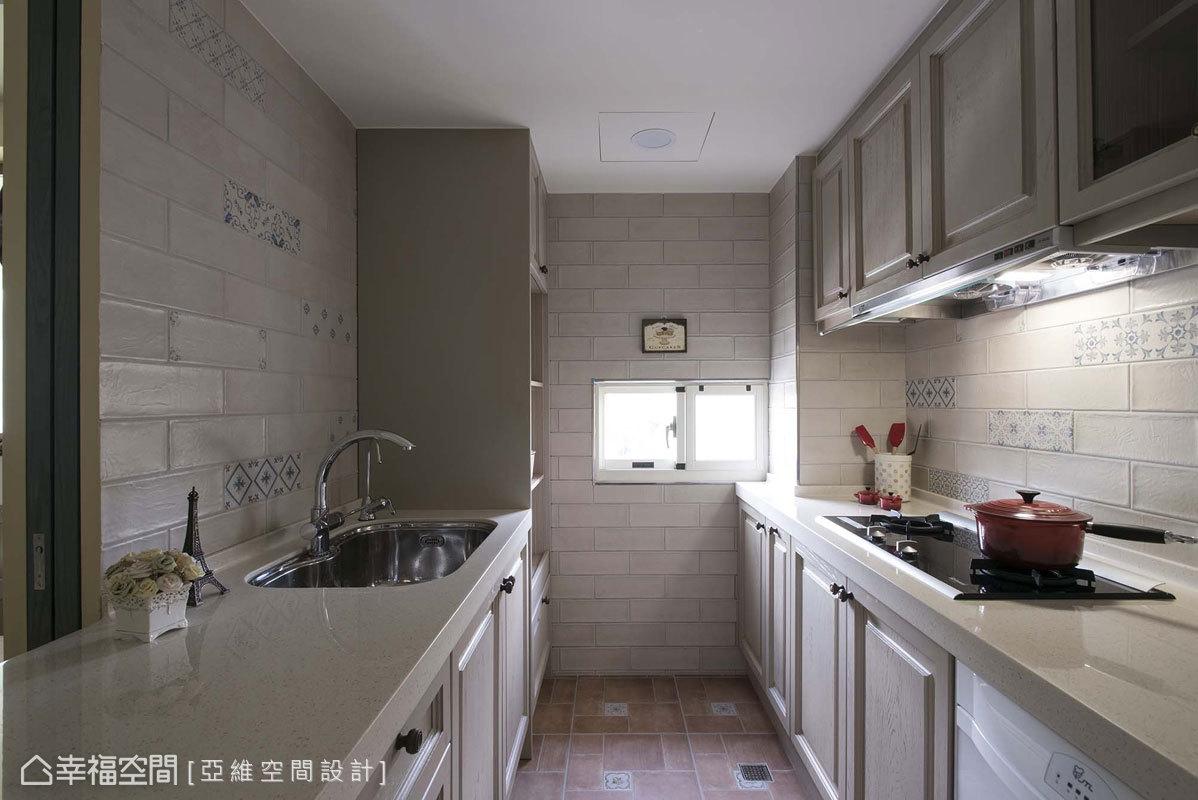 雙檯面的規劃形式,增闊廚房收納與使用機能,也讓家人能同享料理之趣。