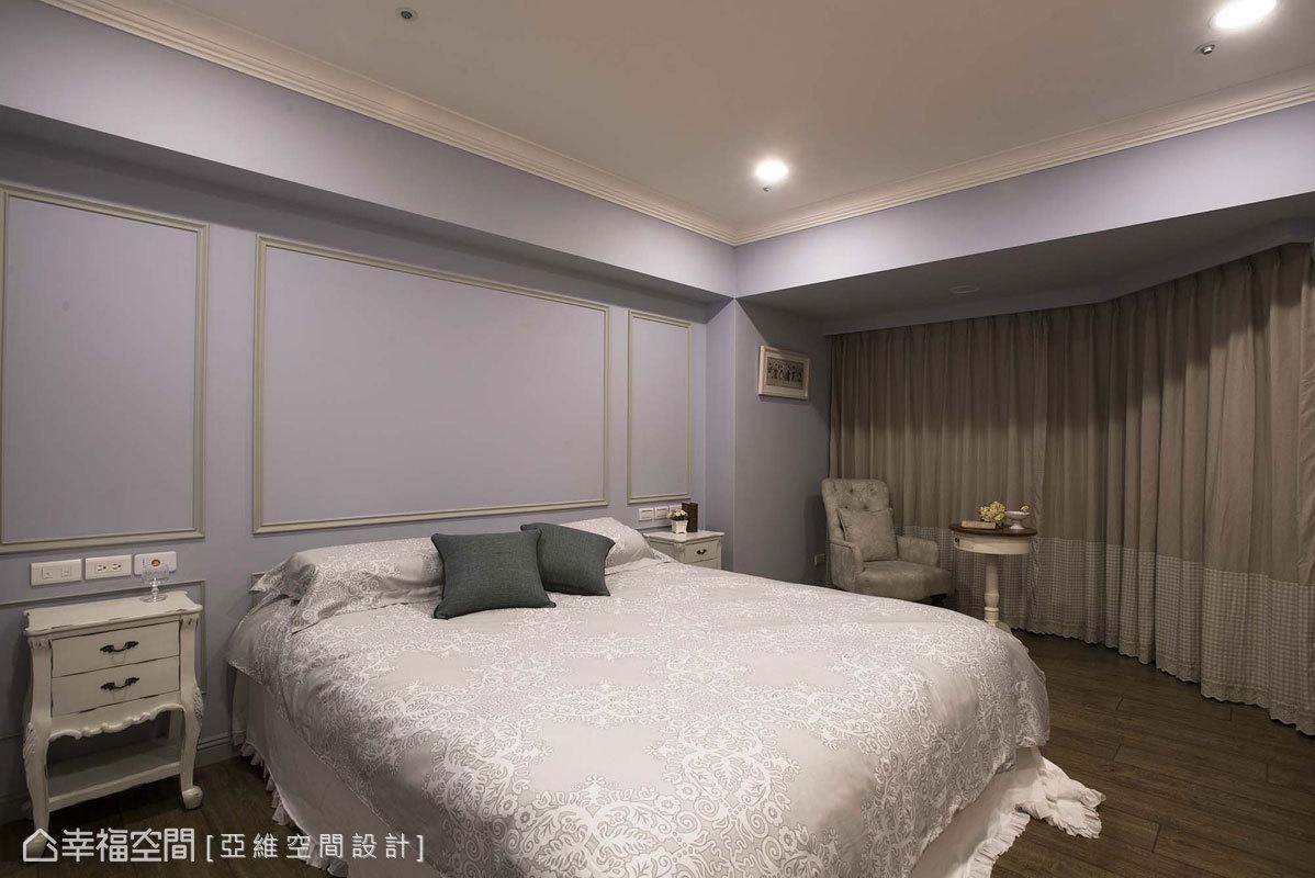 以粉紫色為主調的主臥房,搭配帶浪漫特質的寢具與造型家具,打造專屬的唯美空間。