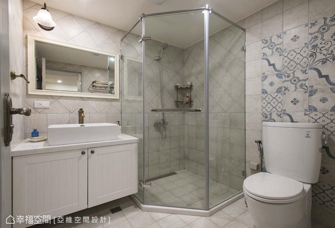 衛浴空間鋪貼復古花磚,櫃面也施以線板造型,延續整體的鄉村風設定。