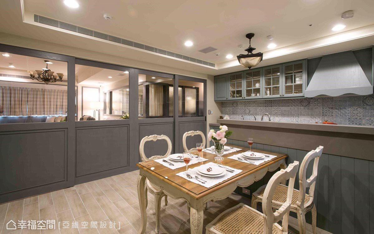 廚房運用清玻拉門做場域區隔,延伸視覺景深外,也順勢將自然光引入室內。