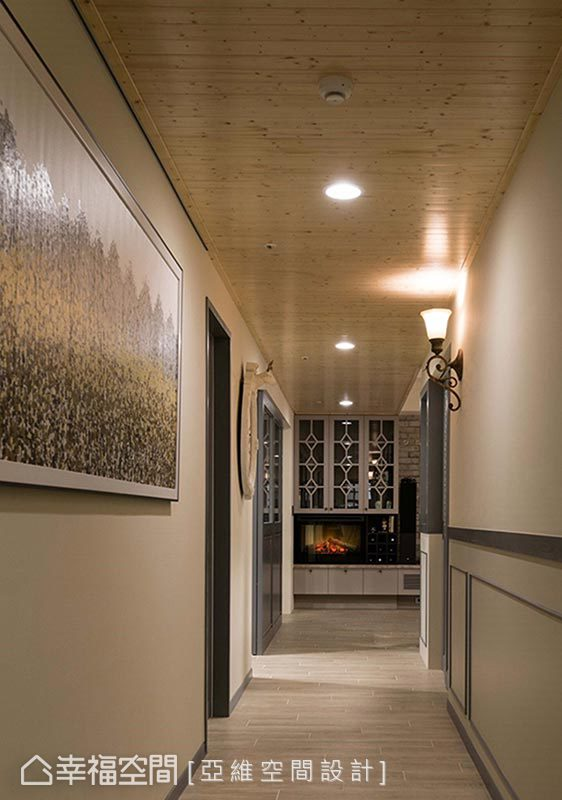 運用抽象畫作妝點廊道空間,提升場域藝術感受。