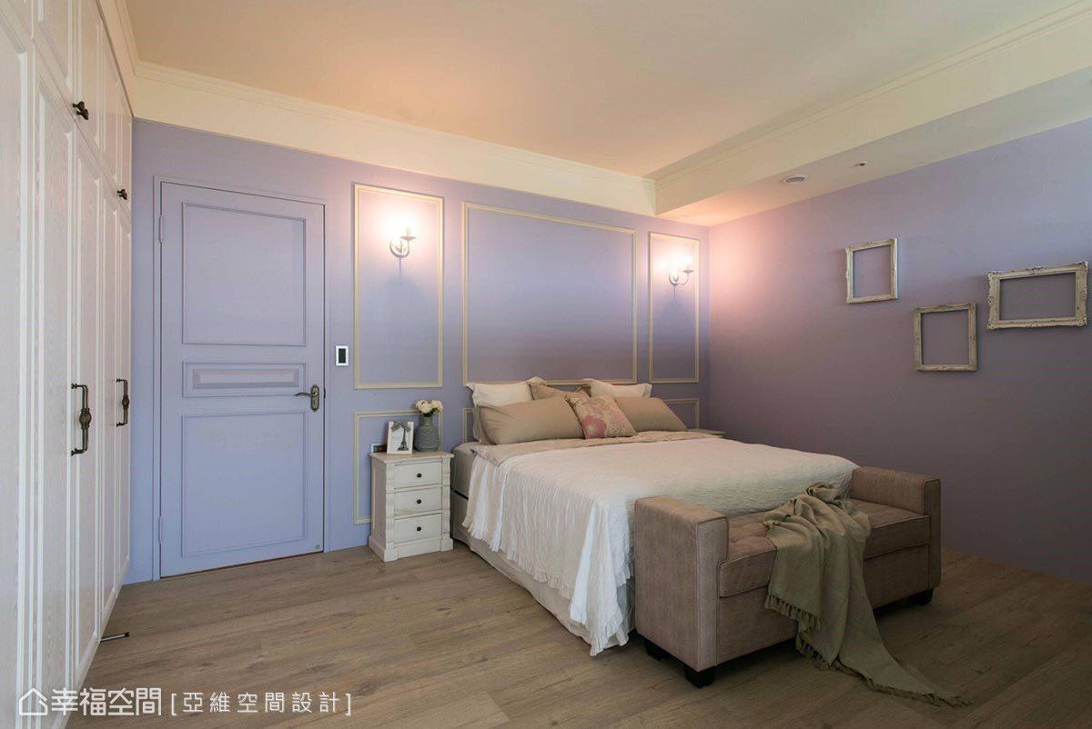 使用女屋主偏愛的粉紫色規劃主臥房,並適當運用純白線板加深鄉村風格印象,形塑輕柔浪漫的主臥空間。