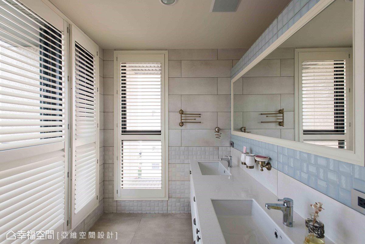 特別設計雙洗手臺,以滿足屋主機能需求,壁面採水藍與白色磁磚鋪陳,打造清爽、明亮的衛浴空間。