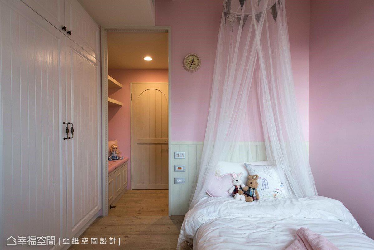 為表現女孩房浪漫、童話情懷,運用粉紅色與白色紗幔形塑公主般的睡眠空間。