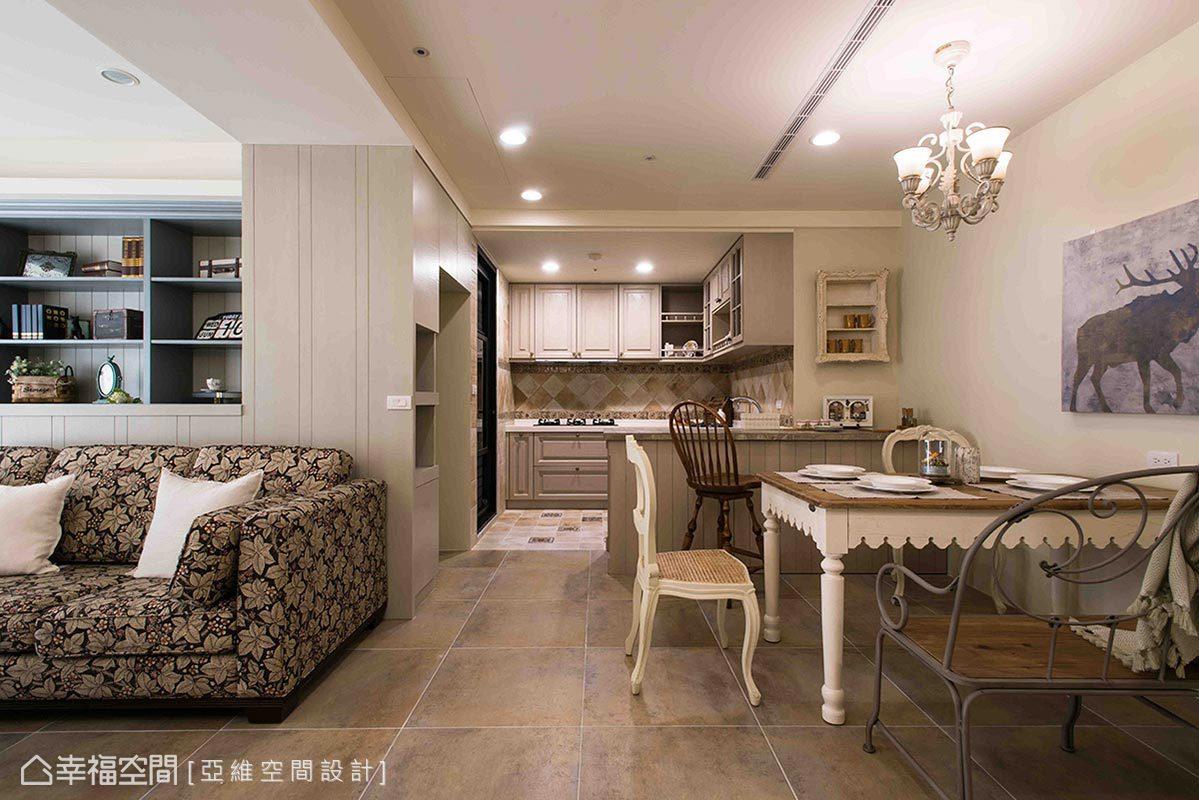 廚房與餐廳以地坪及中島吧台劃分空間,間接界定場域使用範疇。