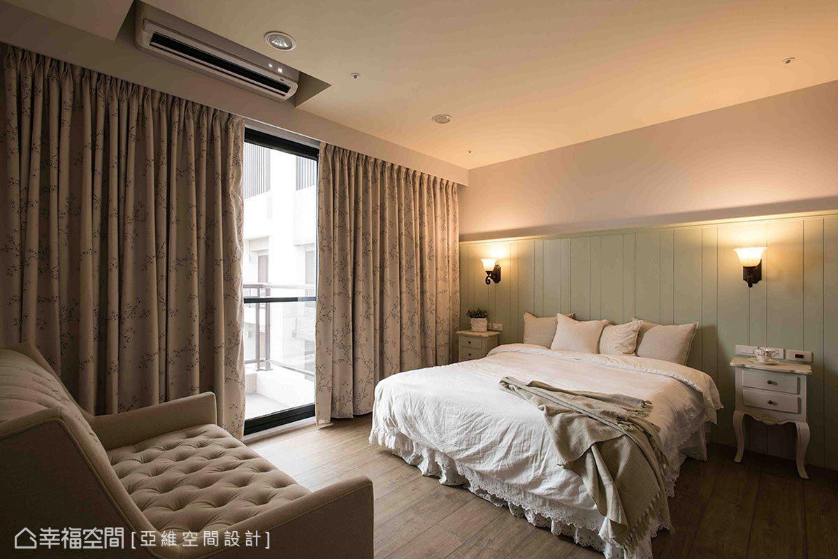 床頭選以高腰的高企口板設計,擺放具深度的拉扣沙發搭佐兩盞閱讀燈,為空間挹注溫馨氛圍。