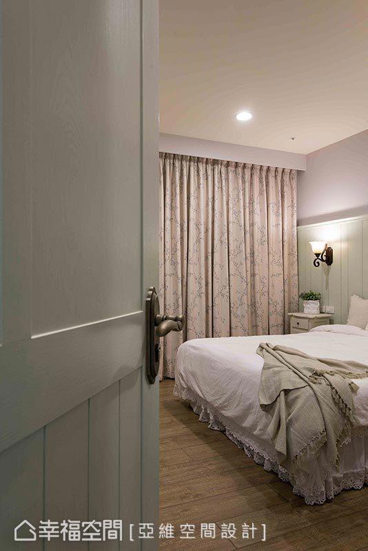 選用紫藕色做為主臥基底,搭佐雅緻的紫花布簾,營造優雅舒適的睡眠空間。