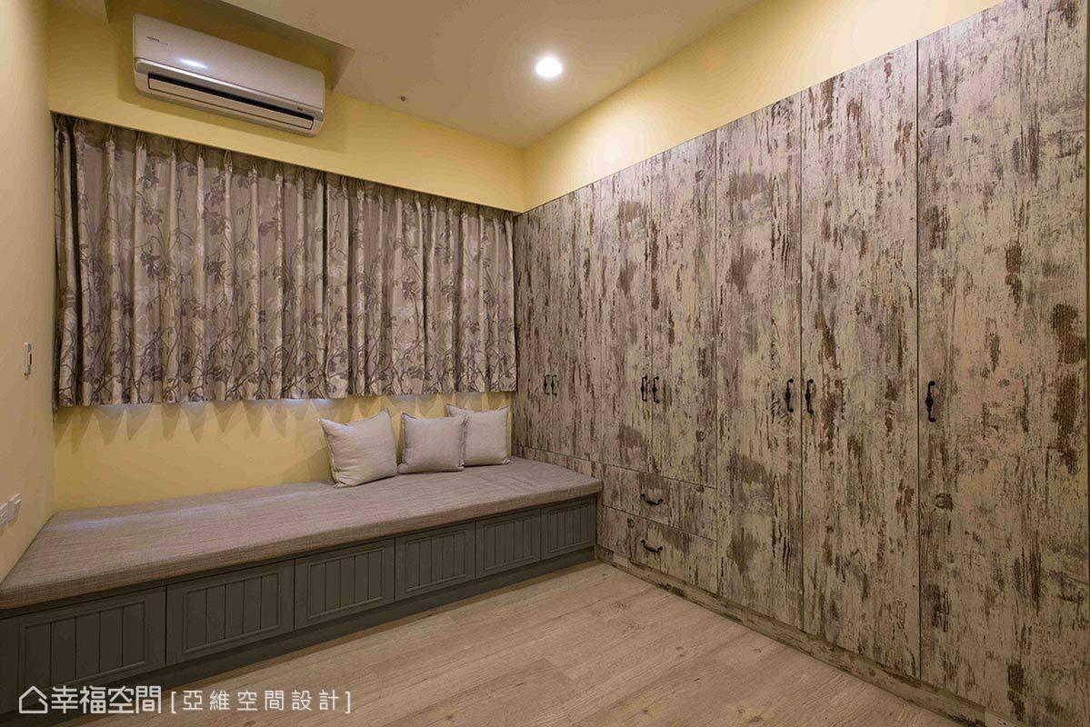 客房漆以鵝黃色壁面與臨窗的臥榻共築休閒活潑調性,並於壁面設置造型系統櫃加深鄉村風印象。