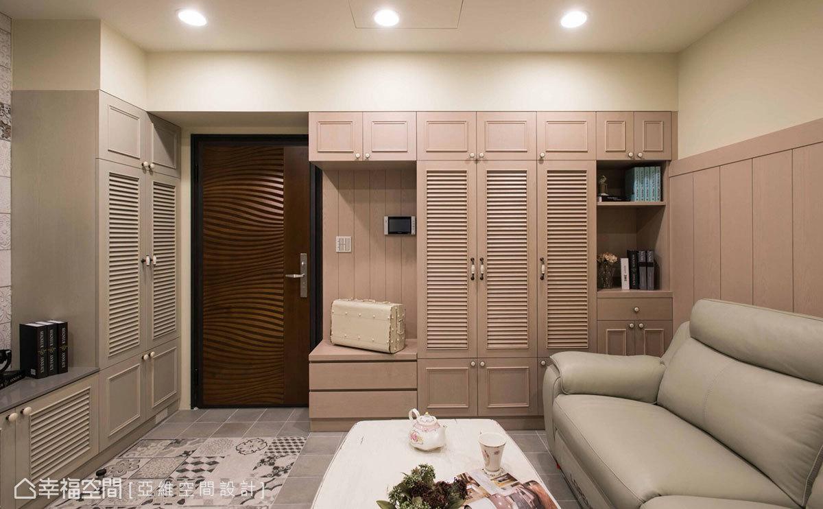 在樑柱下方空間規劃多功能櫃體,依序是衣帽櫃、穿鞋椅、餐檯等,不僅帶來多樣的收納運用方式,也一舉消弭樑柱形成的畸零地。