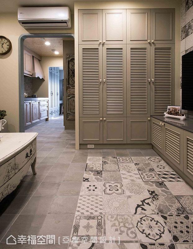 地坪則使用花磚拼貼出繽紛造型,與室內地磚產生差異;廊道盡頭規劃頂天高櫃創造出入門端景,皆在無形中形成區域界定。