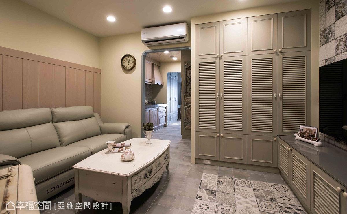 一進門看就能感受到客廳寬闊的視覺尺度,進入廚房的入口聳立一道門拱,讓視覺延伸穿透,提升空間層次感和放大感。