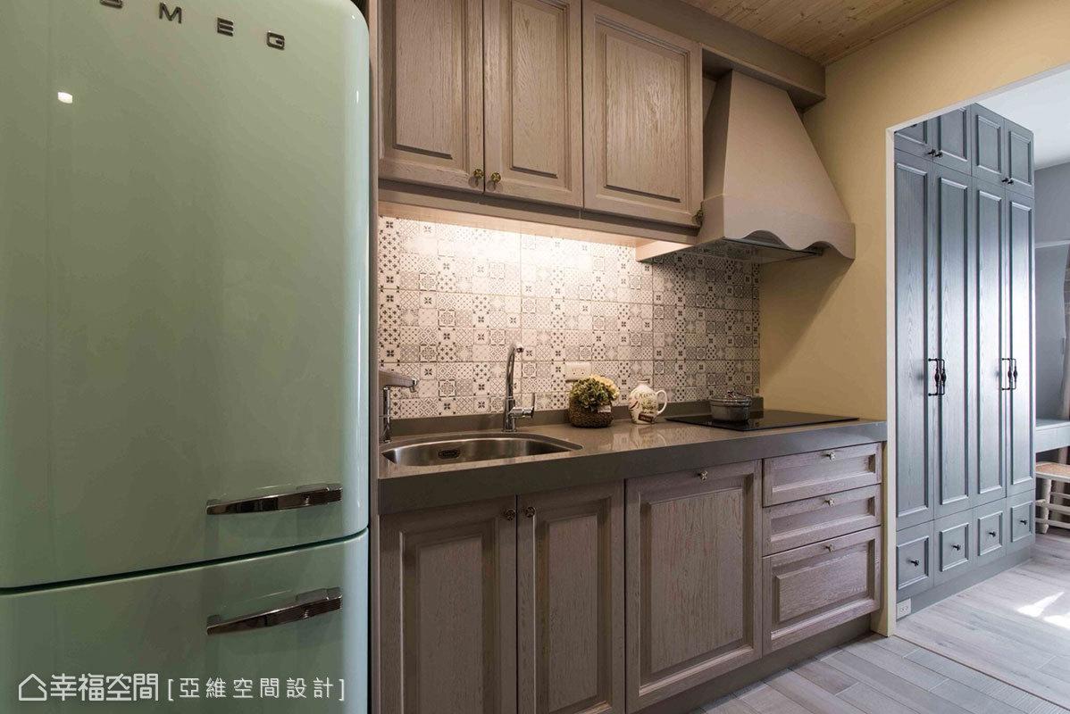 廚房壁面運用藍色小型花磚,呈現出馬賽克拼貼效果,創造出視覺亮點,自然流露出一絲南法風情。