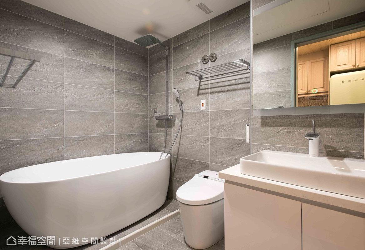 亞維空間設計以防水台界定出乾溼區,並設置浴缸讓屋主得以享泡澡的樂趣。