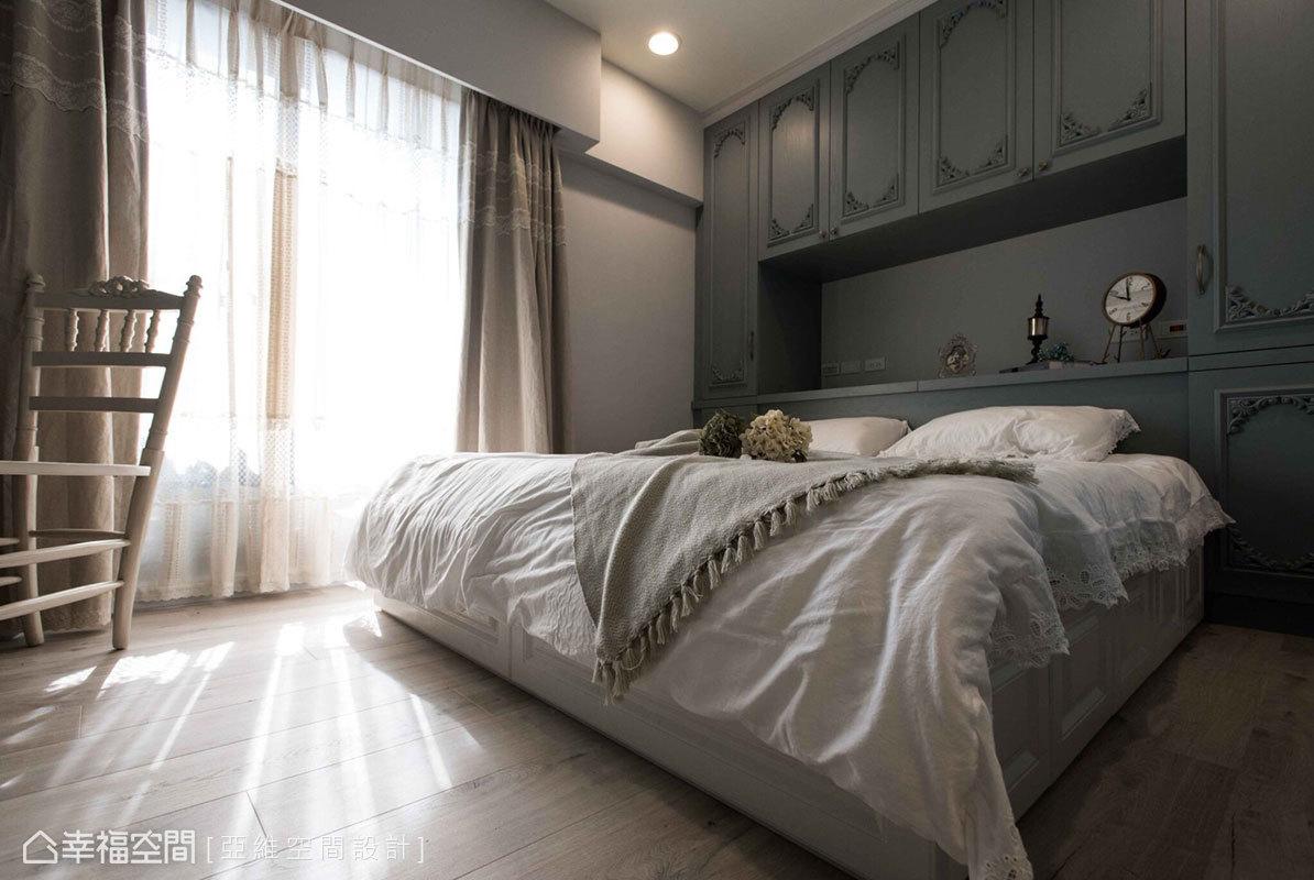 特調的法國藍散發出知性氣質的氛圍,搭配輕淺的窗簾軟件,營造出屋主嚮往的浪漫甜美氣息。